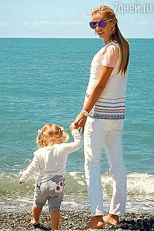 Татьяна Навка с младшей дочкой Надей