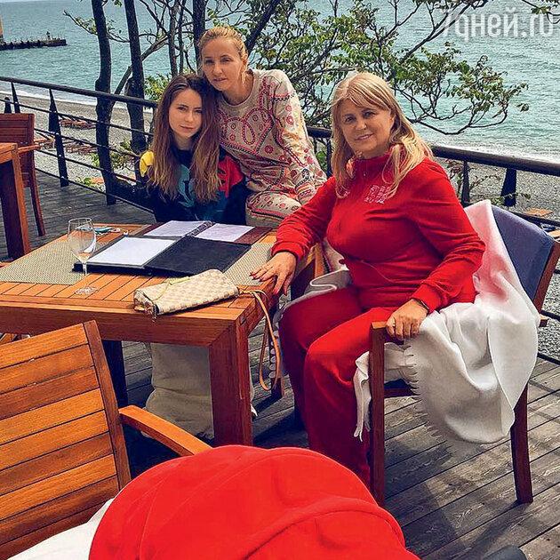 Татьяна Навка с мамой Раисой Анатольевной и дочкой Александрой