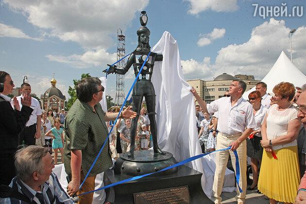 В подмосковном Щелково открылась новая скульптурная композиция под названием «Человек-часы»