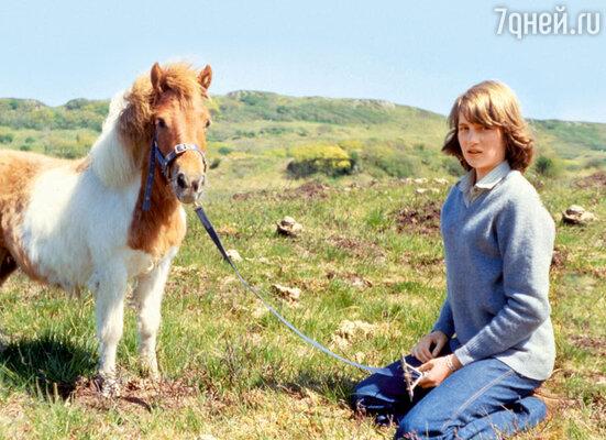 Хотя у Дианы с детства был свой пони, верховая езда не была ее любимым спортом — до тех пор, пока она не встретила блестящего наездника Джеймса Хьюитта. 1974 г.