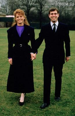 Первоначально планировалось, что Диана станет невестой младшего брата Чарльза — Эндрю... (Принц Эндрю с невестой Сарой Фергюссон. 1986 г.)
