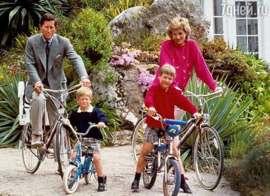 Рождение сыновей улучшило отношения Чарльза и Дианы, но ненадолго. На одном из сицилийских островов, 1989 г.