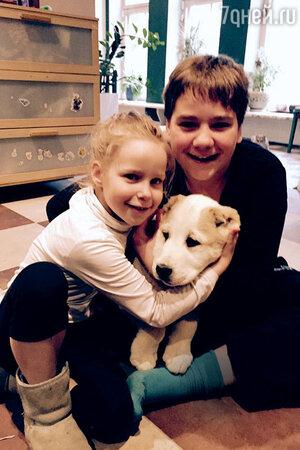 Дети Евгении Добровольской Ян и Настя с щенком Шушей
