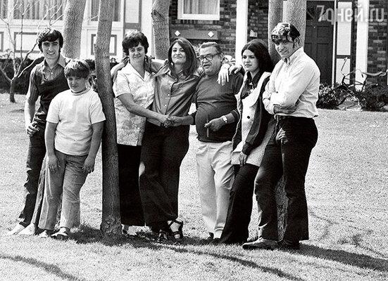 У Марио и Эрики (третья слева) было пятеро детей, и собственной комнаты  главе семейства не досталось. Семья Пьюзо во дворе их нью-йоркского дома