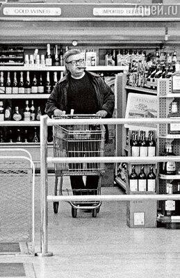 После выхода «Крестного отца» Пьюзо разбогател,  и его семья переехала на Лонг-Айленд. Марио  в магазине около своего нового дома