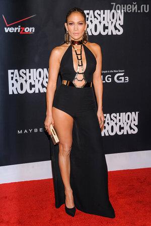 Дженнифер Лопес в платье от Atelier Versace, туфлях от Giuseppe Zanotti и с клатчем от Thale Blanc на вечеринке Fashion Rocks