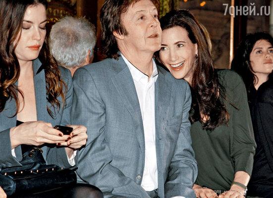Пол Маккартни со своей подругой Нэнси Шевелл на дефиле дочери