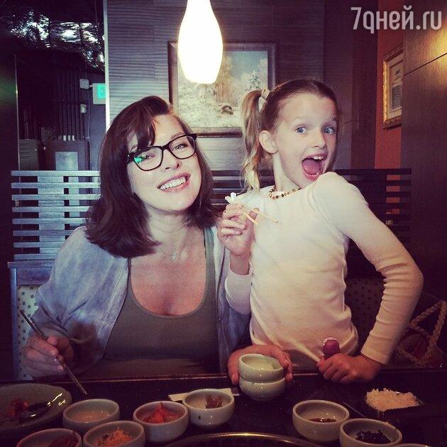 Милла Йовович со старшей дочерью