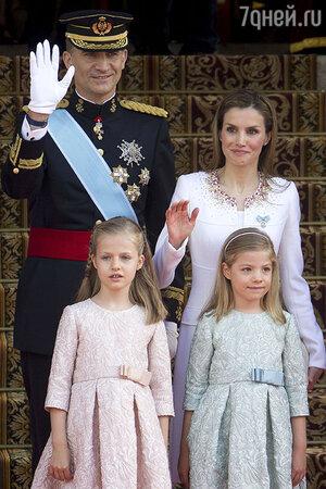 Король Испании Филипп и  Летисия Ортис с инфантами Софией и Леонор