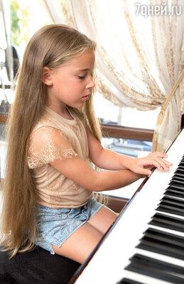 Микелла, каки ее сестра, занимается музыкой