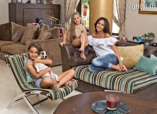 «Когда я рассказываю дочкам, как непросто раньше жила наша семья, Сафина и Микелла изумляются — им очень трудно все это вообразить...»