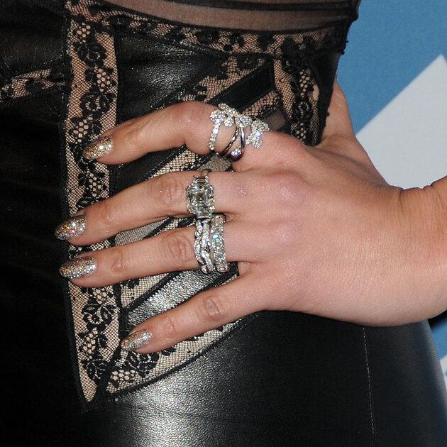 Маникюр с бриллиантовым блеском в тон к бриллиантовым кольцам