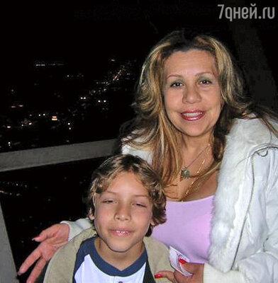 Милдред Баена с сыном
