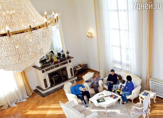 Свой дом усадьбой Сагалаев называет поправу: мраморные колонны, шикарная лестница сковаными перилами, всюду дорогая мебель, хрустальные люстры с позолотой, выполненные российскими мастерами на заказ