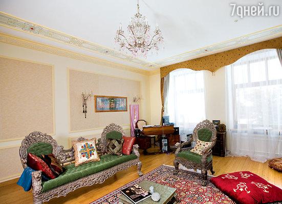 У Эдуарда Михайловича в доме целых два кабинета. Один — официальный, представительский. Но работать Сагалаев предпочитает в этом, оформленном виндийском стиле