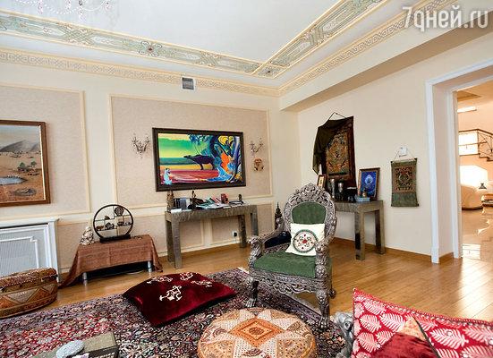 Все предметы интерьера кабинета — индийского происхождения. Картины местных художников, ковры, подушки, покрывала, мебельный гарнитур, отделанный серебром...