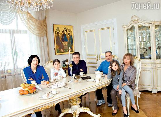 Эдуард Михайлович в кругу семьи: ссупругой Людмилой Борисовной, сыном Михаилом, его женой Анной ивнучками Аней и Юлей