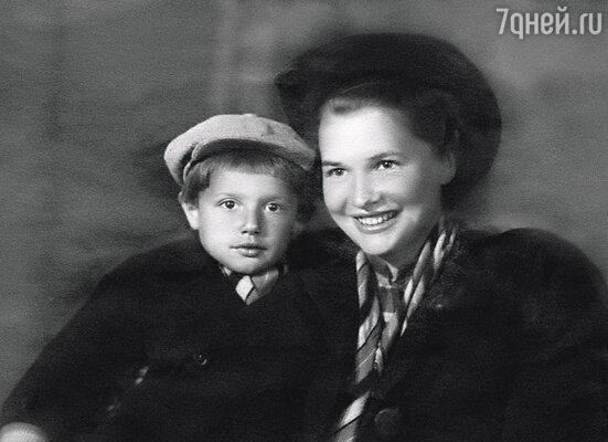 Пока мы оставались в Москве, я был пай-мальчиком. (Саша Пороховщиков с мамой Галиной Александровной)