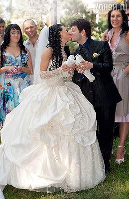 «Вика — моя первая и единственная настоящая любовь! Я влюбился в нее, шестнадцатилетнюю, надискотеке в Краснодаре». Свадьба Михаила и Виктории в Сочи 7 июля 2007 года, в день рождения Вики