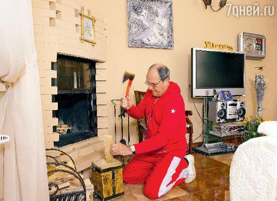 Без камина Эммануил Гедеонович не представляет своего жилища (камин есть и в городской квартире актера)