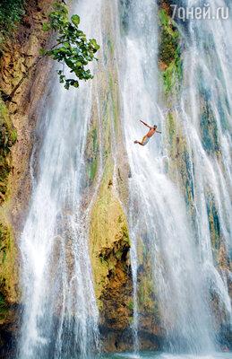 По индейской легенде, искупавшийся в Лимонном водопаде непременно разбогатеет