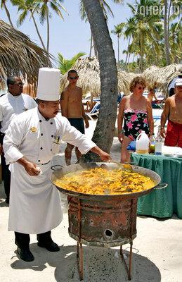Ароматная доминиканская паэлья с морепродуктами для желающих перекусить прямо на пляже