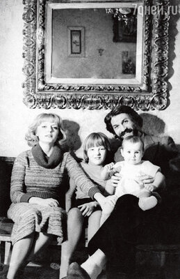 С мамой Марианной Вертинской, отцом Борисом Хмельницким и старшей сводной сестрой Сашей. Москва, 1978 г.