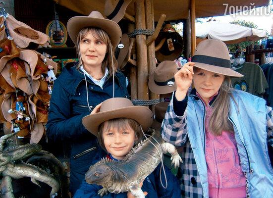 С мамой Татьяной и сестрой Машей