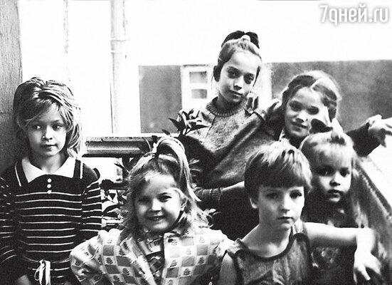 Вера (крайняя слева) с сестрами Викой (справа от Веры), Галей (вцентре наверху), Настей (крайняя справа) и подругами детства. Днепродзержинск, 1987 г.