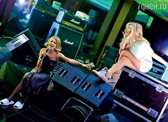 Мама с дочкой поздравляют с днем рождения сестер Веры — Анастасию и Викторию. Киев, 2012 г.