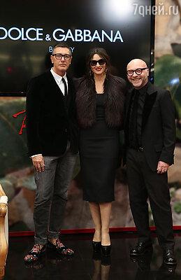 Актриса и дизайнеры появились на красной дорожке мероприятия в черном