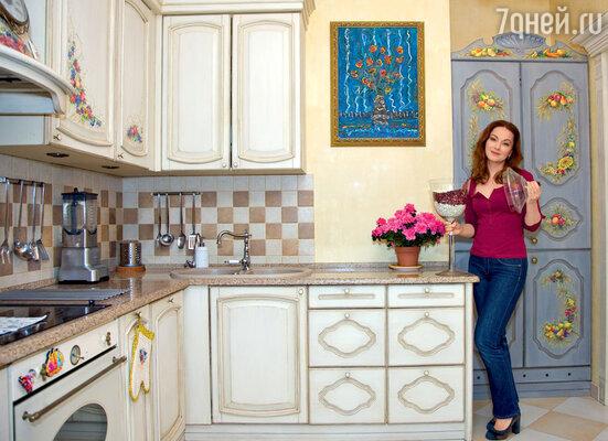 Гости никогда не догадываются, что за расписным «бабушкиным» шкафом в кухне скрывается холодильник