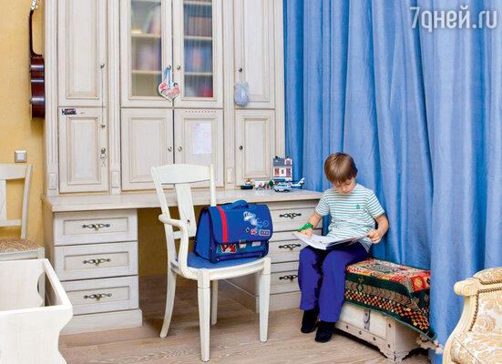 «У Наума никогда не было собственной комнаты, и он далеко не сразу привык жить в своей детской»