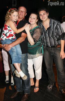 Мария Аронова с мужем Евгением, дочкой Серафимой и сыном Владом