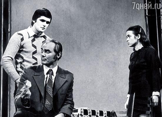 Я в сцене из спектакля «Мужчины, носите мужские шляпы». На переднем плане Роман Вильдан, за ним мой первый муж — Александр Старостин