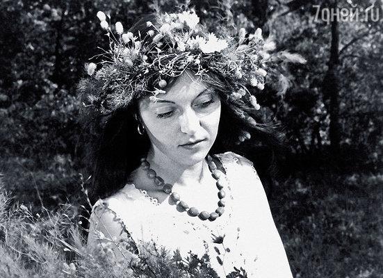 Попросила соединить с Ефремовым. И еле выговорила: «Олег Николаевич, здравствуйте. Это я передала вам цветы. Я вас очень люблю…»