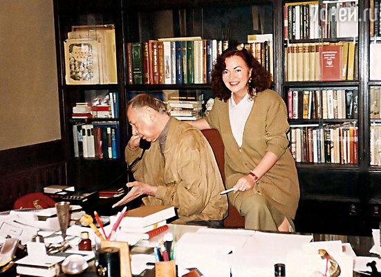 В кабинете Олега Николаевича во МХАТе