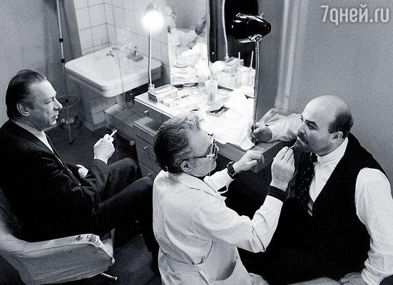 Олег Ефремов с Александром Калягиным в гримерке перед спектаклем «Так победим!»