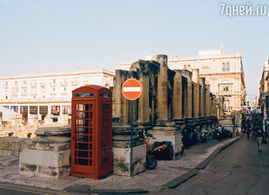 В центре Валлетты до сих пор стоит разрушенное в результате бомбежек здание театра — как напоминание о том страшном времени