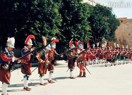 Мальта, расположенная в центре Средиземного моря, всегда была лакомым кусочком для многих завоевателей. Но им всегда давали отпор. Во время театрализованного действа в одной из крепостей острова