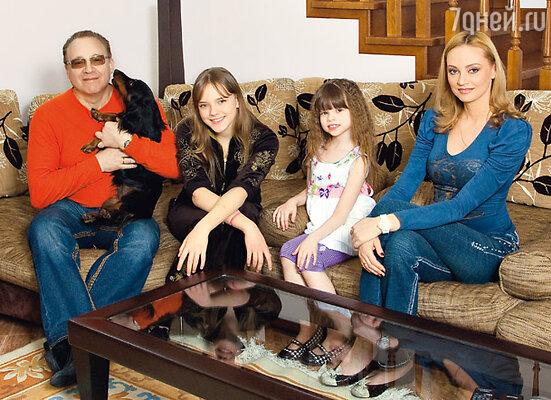 Композитор с женой Мариной, дочерьми Машей и Полиной и домашней любимицей Черри