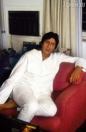 В молодости Баччан был служащим в промышленной компании, но мечтал сделать карьеру в кино