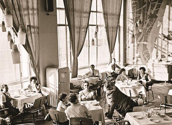 Когда Маргарита Петровна с тигром приходила в ресторан, никакой рекламы перед выступлением больше не надо было. М. Назарова в Нижнем Новгороде в ресторане «Волжские огни», 1968 г.