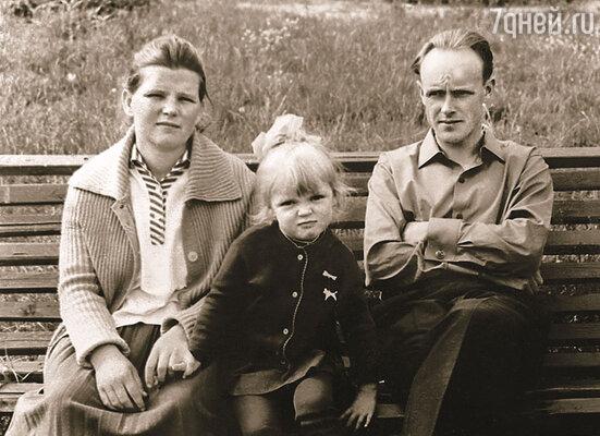Папа с мамой очень подходили друг другу, но не принадлежали себе: две отданные служению Родине жизни. Первые годы родители и меня таскали с собой по гарнизонам