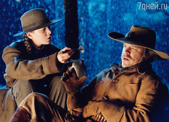 Юная актриса Хэйли Стайнфелд (ее номинировали на «Оскар») и Мэтт Дэймон в фильме братьев Коэн «Железная хватка»