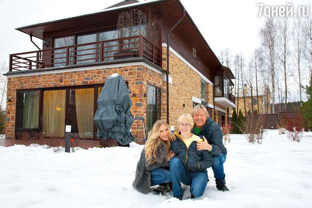 Дмитрий Харатьян с женой Мариной и сыном Иваном в своем загородном доме