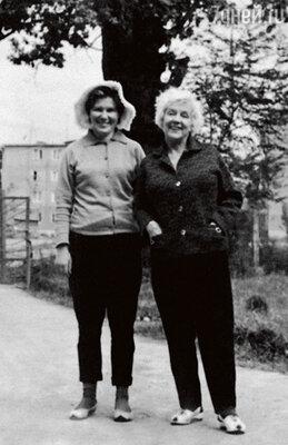 На отдыхе с подругой Рогнедой Яценко. 1980-е годы