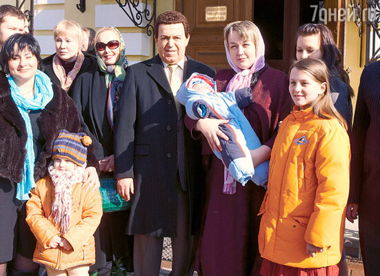 Иосиф Кобзон с женой Нелли (слева) и Любовью Корниловой (на ее руках — маленький Иосиф)