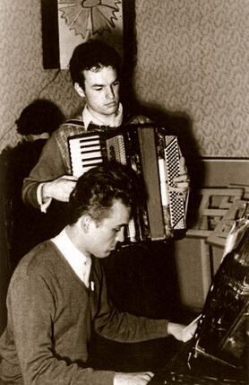 Слуха у меня нет. Играть на фортепиано и аккордеоне я выучился сам. (Регимантас Адомайтис (стоит), на актерском факультете консерватории)