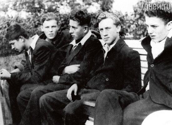 «У Володи был школьный друг по прозвищу Акимыч, он остался без родителей, и ребята часто собирались у него»